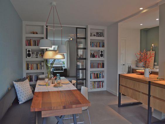 Jaren '30 woning   VIVA VIDA Ook nog een leuk idee voor bij ons in de keuken/eetkamer: bank tegen de muur, zodat tafel iets dichter tegen de muur kan --> meer ruimte tussen eetkamerstoelen en kookeiland: