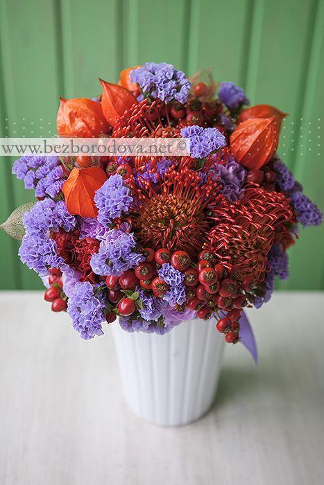 Осенний букет с физалисом, сиреневой гвоздикой и ягодами шиповника