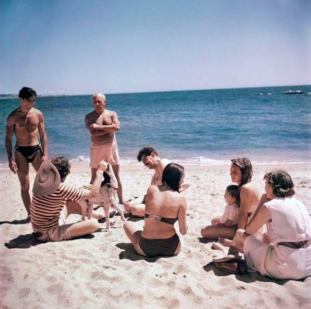 ロバート・キャパ (Robert Capa) > 浜辺でくつろぐパブロ・ピカソの友人と家族 (フランス, 1948)