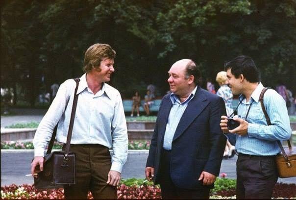 #афостодатэ В начале 80-ых в Кишиневе побывал Евгений Леонов. Как рассказал фотограф (слева), Леонову было сложно в столице, потому что многие его узнавали :)   Источник: oldchisinau.com