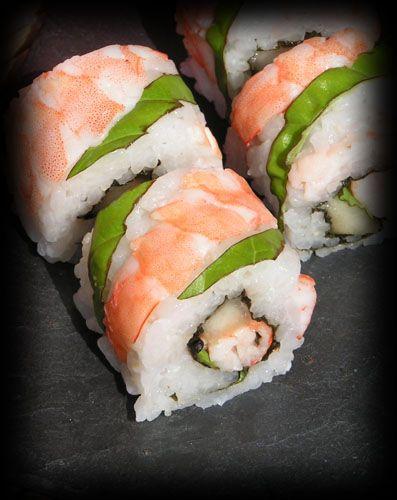 Sushi-makis aux crevettes, basilic et pêches