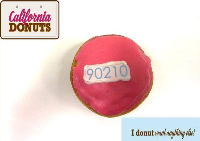 """Ο πιο διάσημος ταχυδρομικός κώδικας του πλανήτη έγινε, εκτός από δημοφιλής, σειρά και donut. Tα """"California Donuts"""" συστήνουν το """"90210 donut"""". Κατακόκκινο με επικάλυψη κεράσι, αμαρτωλά νόστιμο και φρέσκο γεμίζει την κάθε μέρα με πάθος, ένταση και νιάτα. Ερωτεύσιμο!"""