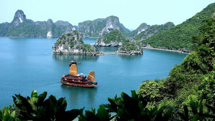 """Ha Long Koyu, Vietnamca """"Alçalan Ejderha"""" anlamına geliyor ve gittiğinizde göreceğiniz manzaralar da en az koyun ismi kadar havalı! Doğu Asya'nın önde gelen tatil merkezleri arasında bulunan koy 1994 yılındaUNESCODünya Miraslarılistesine de alınmış. Kısacası, Vietnam'a gelip burayı görmeden geri dönmeyin."""