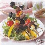 Шашлычок из куриных сердечек с овощами Для приготовления блюда Шашлычок из куриных сердечек с овощами необходимы следующие ингредиенты: 500 гр куриных сердечек, 70 мл соевого соуса, 50 мл сока лимонного, 70 мл масла оливкового, 70 гр консервированных кукурузных початков, 70 гр помидоров черри, перец сладкий красный, огурец, петрушка, ломтики лимона, перец черный молотый на пробу, соль на пробу.