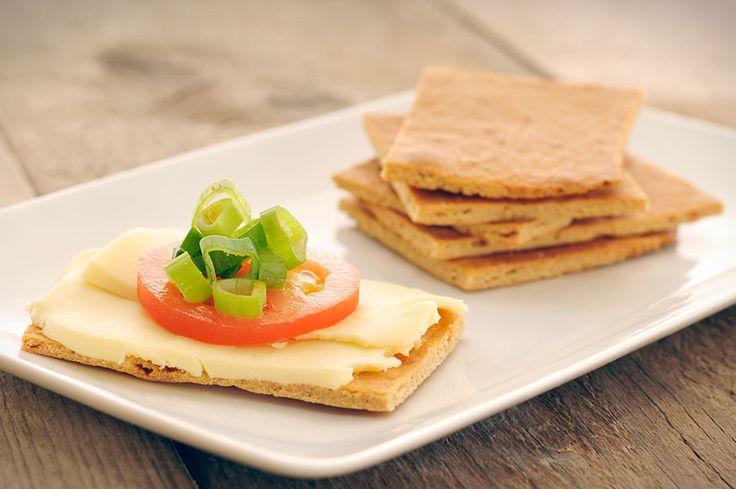 Gezonde crackers van sojameel maken is heel erg makkelijk. Dit recept voor gezonde crackers bevat weinig koolhydraten en geen gluten. Gezonde crackers super gezond!