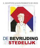 De bevrijding van het Stedelijk > Midden in Amsterdam staat een witte badkuip, met daarin een zigzagstoel, een rode kimono, een varken met een paar engelen en een grote zes. De zon en de maan schijnen er tegelijk.   Is de badkuip vol? Dan zie je de rest in het gebouw ernaast. Die twee vormen samen het Stedelijk Museum. En daar mag alles. >