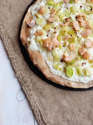 Pizza blanche aux poireaux et saumon fumé ~ pâte maison à la farine d'épeautre