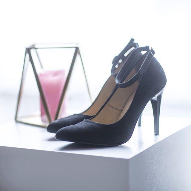 Szpilki z delikatnym zapięciem wokół kostki to kwintesencja kobiecości i ponadczasowego stylu. 💕 🔎: D389XX-1-WEL #lankars #shoes #black #party #leather #elegant #stilettos #highhells #classic #classy #shoestagtam #instashoes #instagood #love #loveshoes #fashion #fashioninsta #beautiful #woman #sexy #candle #pink