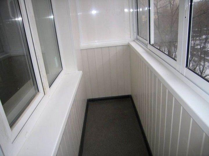 Интересная-отделка-балкона-пластиковыми-панелями