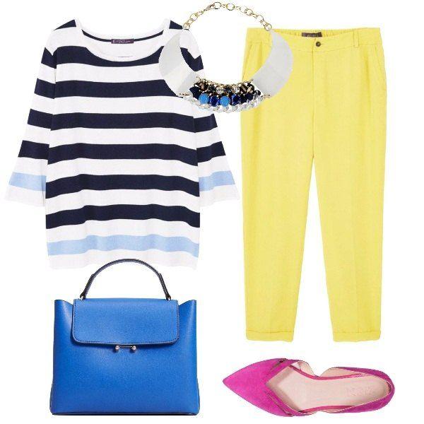 Combinazione Curvy che mette di buonumore. Maglioncino leggero a righe blu e azzurre, pantalone giallo, borsa blu elettrico, ballerine fucsia e collana statement bianca e blu.