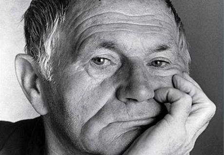 Una gran  foto de Bohumil Hrabal, uno de mis  autores favoritos. Murió  en Feb, 3 de 1997.