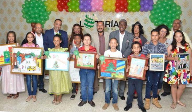 Los galardonados con los tres premios principales del certamen pictórico junto a otros niños distinguidos con menciones y ejecutivos de la Lotería Nacional.