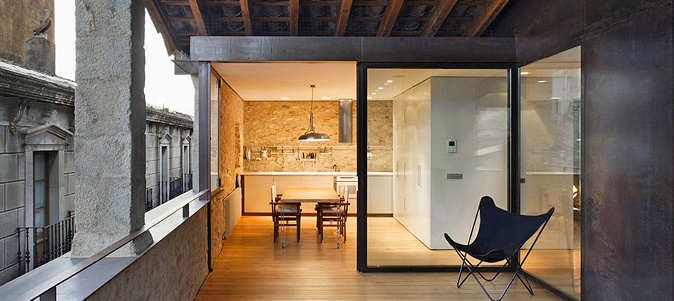 Located in the heart of Girona's medieval quarter, inside the original city walls and overlooking Sant Domènec Square, is the property Alemanys 5, whose original building dates from the sixteenth century.  Its recent restoration integrates old and new, with sober, clean lines that celebrate essential elements such as space, light, shade, fire, stone, water and silence.  The house is available to be rented as a whole unit, but it also can be divided into two independent apartments