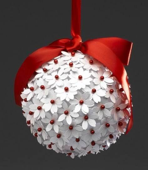 Palla polistirolo. Con uno stampino a forma di fiore piccolo, stampate e ritagliate i fiorellini. con gli spilli infilate delle perline rosse nello spillo aggiungete il fiorellino e piantatelo nella palla cercando di attaccarli il più possibile vicini con un nastro di raso rosso fate un fiocco e lasciate 25 cm di nastro per attaccare la palla dove vi piace. Buon lavoro.!!