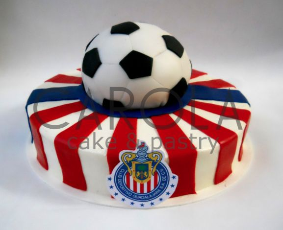 Football soccer cake / Pastel Club Chivas: Lleva tu pasión futbolera al máximo con este increíble pastel de fondant. de CarolaCake