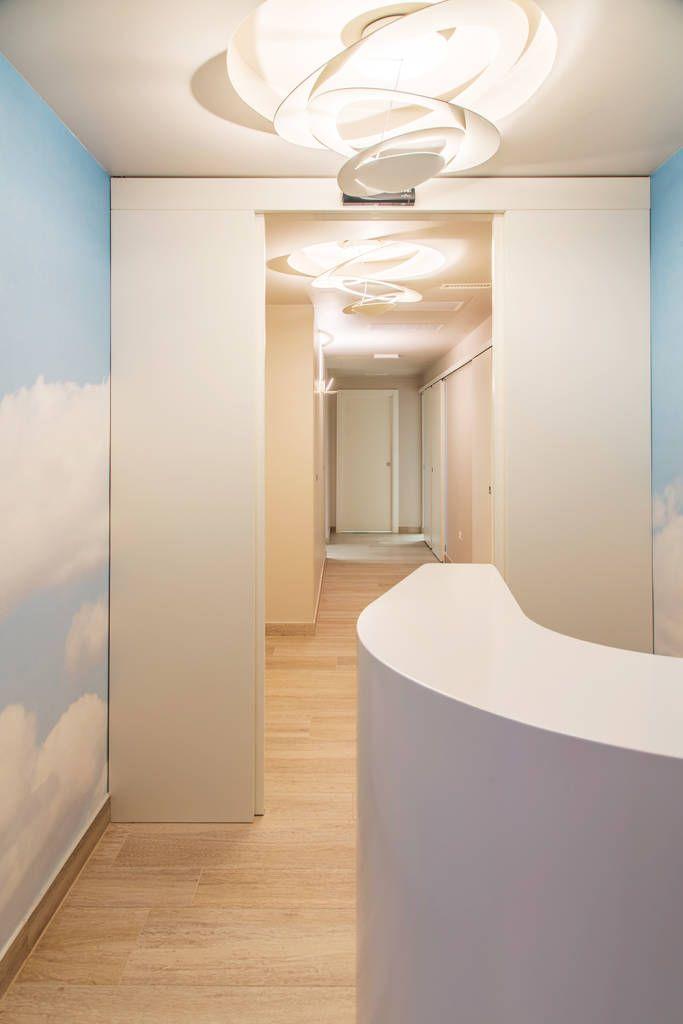 Le lampade creano piacevoli e morbidi effetti di luce circolare sulle pareti e sul controsoffitto (di STUDIO PAOLA FAVRETTO SAGL - INTERIOR DESIGNER)