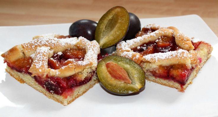 Szilvás pite recept: Aki egy igazán ínycsiklandó gyümölcsös desszertre vágyik, annak ajánlom figyelmébe a következő szilvás pite receptet. A karamellizált szilva fantasztikus ízt kölcsönöz a süteménynek. Garantáltan a család egyik nagy kedvence lesz. Tehát sütésre fel! :)