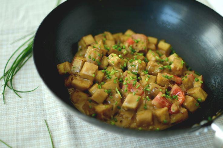 Tofu schmeckt langweilig und fade? Nur, wenn er nicht richtig zubereitet wird! Frisch aus dem Wok mit leckerer Soße und Reis kann er sich aber durchaus sehen lassen. :)