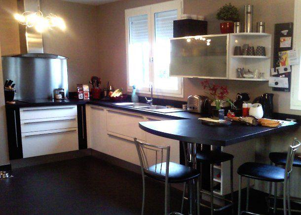 Vue d 39 ensemble de la cuisine avec table haute en pi for Cuisine avec bar table
