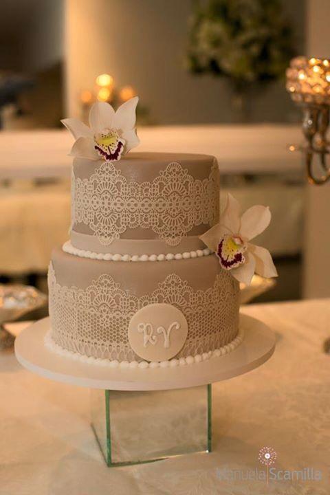 Bolo lindo para um noivado! Feminino e delicado, com renda e flores de açúcar. #orquídeas #sugarlace #sugarflowers