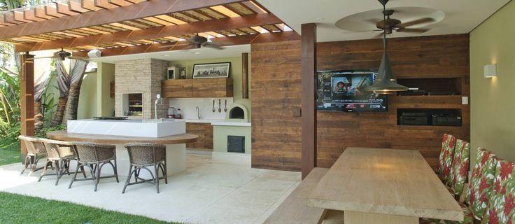 Espaço gourmet com pérgola. www.casaecia.arq.br  Cursos on line - Design de Interiores.