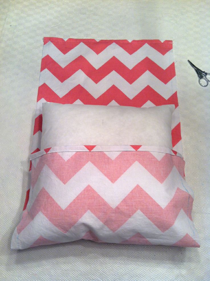 Very simple pillow cover   Could use this to recover old pillows I'm tired of.