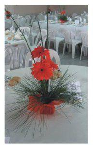 Simpatico centro de mesa con gerberas rojas y varas, ideal cumpleaños de quince. Consulte precios !