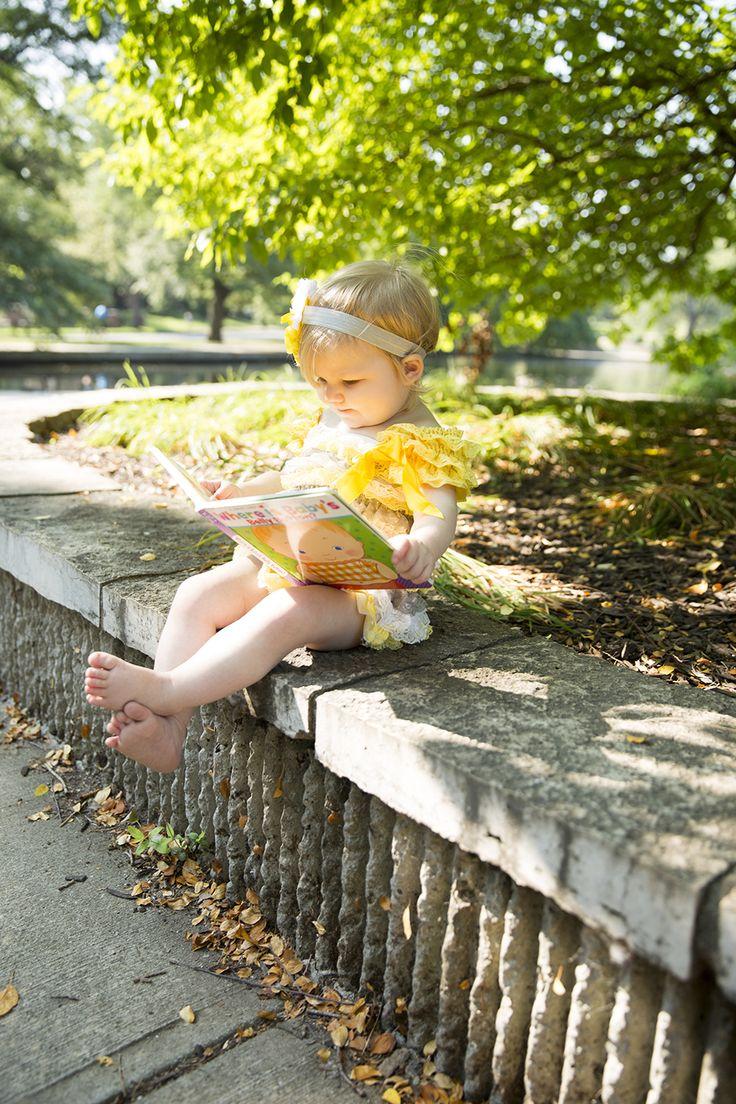 Красивая солнечная фотосессия маленькой девочки с книгами. Фотографии такие светлые. Излучают теплоту и радость.  Можно взять на заметку родителям и фотографам ;)  #книги #чтение #фото #readingcomua #фотография #дети #фотосессия #books #человек #фотограф #девочка #тепло #радость #children #красиво #photography #photo #chica #fotos #libros