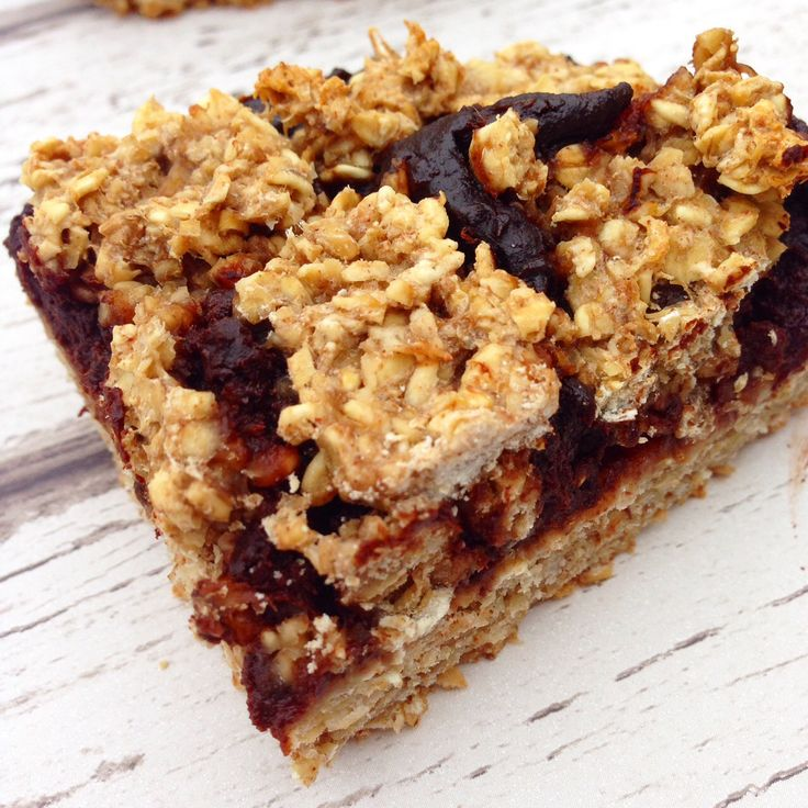 Healthy chocolate oat bars made with no oil, no nuts and no added sugar - Hedi Hearts #vegan #vegetarian #healthy