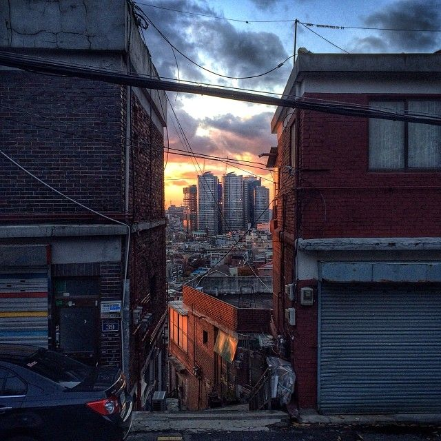 sarafa / #20131125 #iphone5s #seoul #alley #city #서울 #주택가 #도시 #빌딩 #골목 #구름 #ソウル #住宅街 #snapseed / 서울 용산 후암 / #골목 #하늘 #집 #마을 #길 #비탈 / 2013 12 30 /
