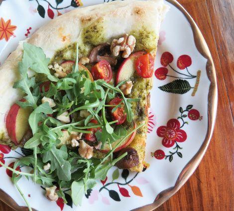 Pizza végétalienne au pesto et aux pêches   table et tablier