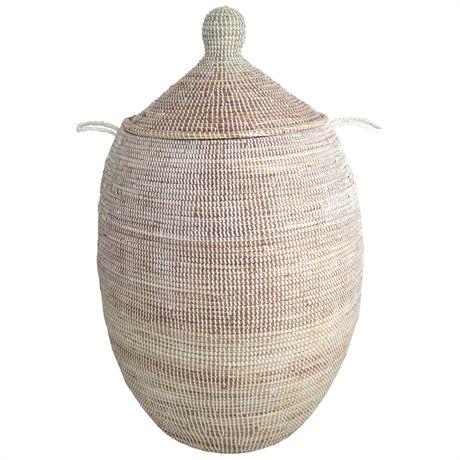 Land: Senegal <br>Mått: ca H 70-80 cm, Ø 40-45 cm <br>Material: Säv, plastband<br><br>OBS! Korgarnas utformning varierar från korg till korg. Den korg, som du beställer, är snarlik den på bilden.