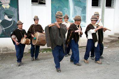 """Conjunto CHIRIMIAS. La chirimía es un estilo musical de Colombia, más específicamente del departamento del Cauca. También se conoce en el centro-norte del Chocó, arriba de la desembocadura del río San Juan. La palabra chirimía tiene una doble acepción en el folclore colombiano. Por una parte, es un """"instrumento de madera casi totalmente desaparecido por causa de su difícil ejecución; contó con grandes virtuosos en las regiones del Cauca y particularmente en Popayán. Con sonido bastante…"""