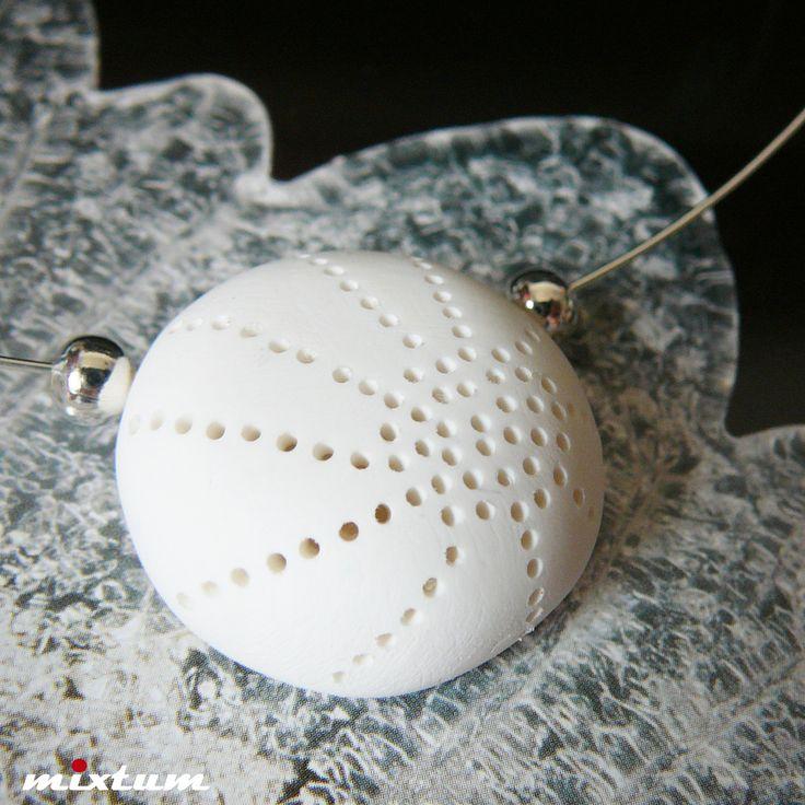 Luxusní bělostný náhrdelník ... Cathrine Autorský designový luxusní náhrdelník je vyroben z polymerové hmoty fimo s provrtávaným vzorem dle vlastního návrhu, zavěšen spolu s kovovými korálky na postříbřené obruči. Vylehčen - je tedy dutý. Pečlivě vybroušen, vyleštěn, nelakován - mohu dle vašeho přání přelakovat. Velikost přívěšku - průměr 3cm. Průměr ...