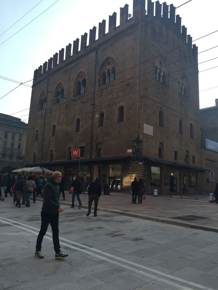 Palazzo Re Enzo , vista da via Rizzoli
