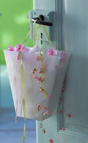 from the garden: The Doors, Idea, Gifts Bags, Paper Bags, Flowers Girls, Ana Rosa, Doors Hanging, Paper Flowers Hanging Baskets, Cottages Home
