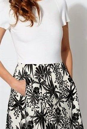 A louer sur La Fashion Lib : Robe Maje - robe coupée taille, jacquard brodé noir et blanc sur jupon, bas doublé, zip dos, haut moulant