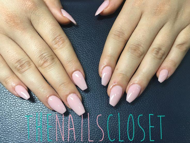 Uñas acrílicas pintadas con esmalte permanente rosa nude.   #uñasdegel #uñasacrilicas #nailart #nailartist #nded #thenailscloset #manicura #manicure #wedding #beauty #gellack #shellac #esmaltepermanente