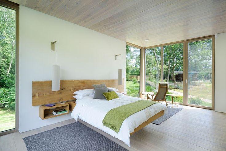 В спальне с большой площадью остекления кровать как бы парит в воздухе. .