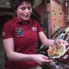 Astronot Ini Demo Masak Di Ruang Angkasa http://www.perutgendut.com/videos/view/astronot-ini-demo-masak-di-ruang-angkasa/292 #PerutGendut #Food #Kuliner #News #Indonesia #WisataKuliner #Video