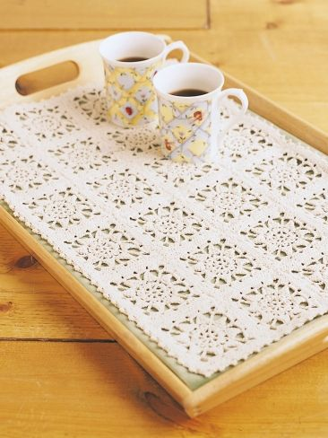 Carpeta tejida sobre bandeja de madera Re
