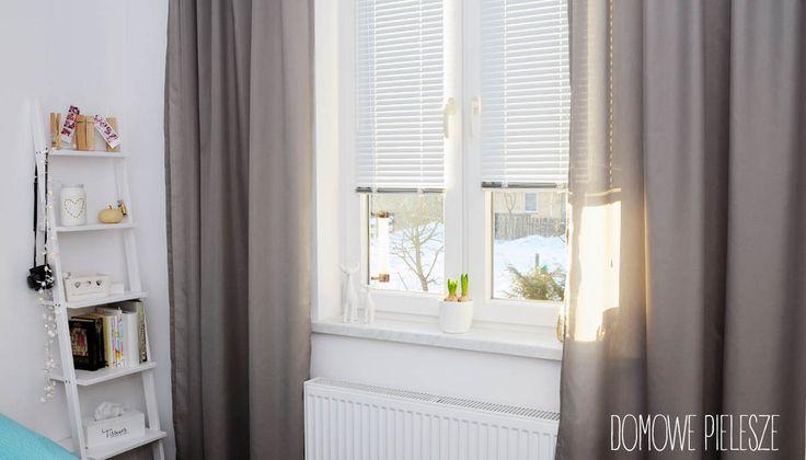 Białe matowe żaluzje aluminiowe w sypialni.  Kliknij żeby zobaczyć więcej naszych produktów wystroju wnętrz.