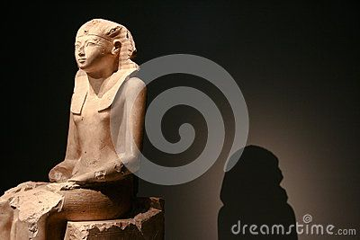 Sitting statue of Hatshepsut and her shadow