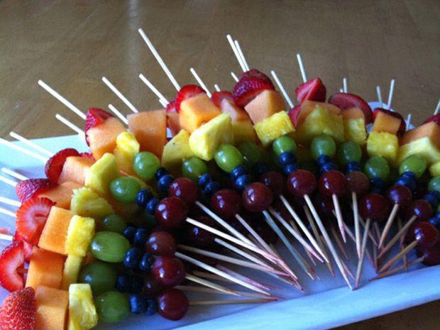 Espete as frutas em palitinhos para formar essa delícia de petiscos.