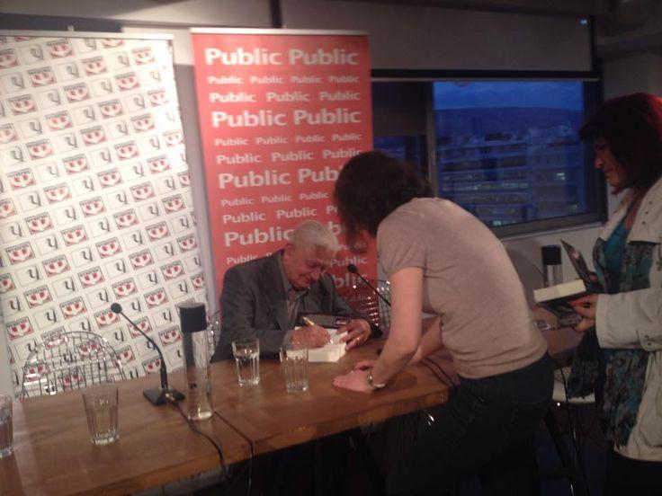"""Ο Γιώργος Πολυράκης υπογράφει το νέο του βιβλίο """"Όταν υπάρχουν άνθρωποι"""" στο Public Συντάγματος #psichogiosbooks #polirakis #otanyparxounanthrwpoi"""