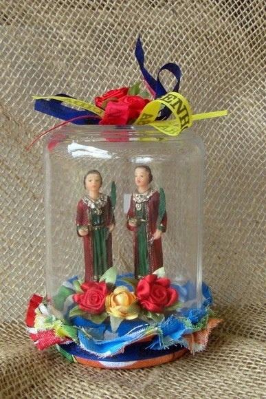Artesanato em homenagem ao Dia de São Cosme e São Damião.  Oratório feito com vidro reciclado.    https://www.facebook.com/BazarArtesanato