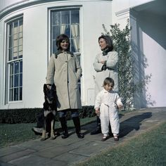 Jackie Kennedy and Lee Radziwill in front of the White House. With Lee's daughter and Clipper