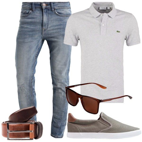 Outfit composto da polo grigia a manica corta, jeans a gamba stretta lavaggio medio, sneakers senza lacci verde oliva, occhiali da sole rettangolari marroni, cintura in pelle marrone.