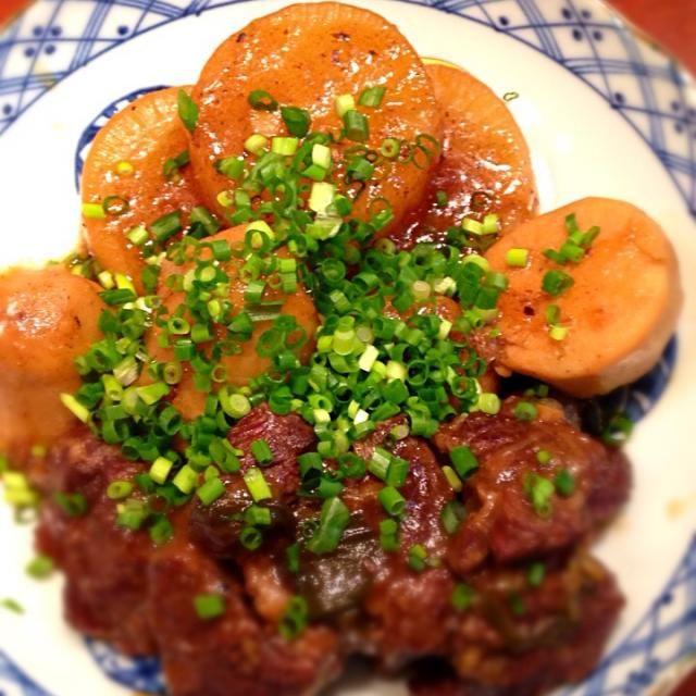 真希さん、おリボンおめでとう(♡´ ꒳ ` )ノ 今日は忘れずにつくフォトしようと決めていましたよ(⁼̴̀ૢ꒳⁼̴́ૢ๑)  クリスマスで疲れた胃を癒やすには真希さんの和食でしょ!と思って探したのに、選んだのはお肉たっぷりの中華…でも、里芋でほっこり❤️大根も入れてシミウマでした!  真希さん、これからも素敵なお料理とキレのあるコメントを楽しみにしてます  最初につくフォトしていらしたミキさん、食べ友をお願いしますね - 145件のもぐもぐ - 祝山本真希さんの料理 牛肉と里芋の煮込み✱大根入り by happyhana