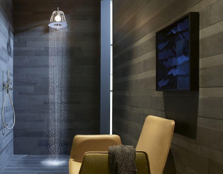 La LampShower d'Axor-Hansgrohe, légère et décorative, est tout à la fois une lampe pour la douche et une douche de tête.